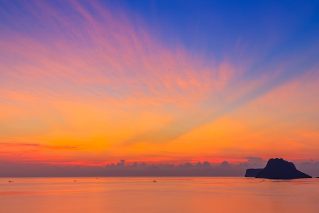Piękny wschód słońca nad morzem w prachuap khiri khan province, południowej tajlandii