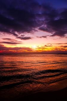 Piękny wschód słońca nad morzem z cloudscape