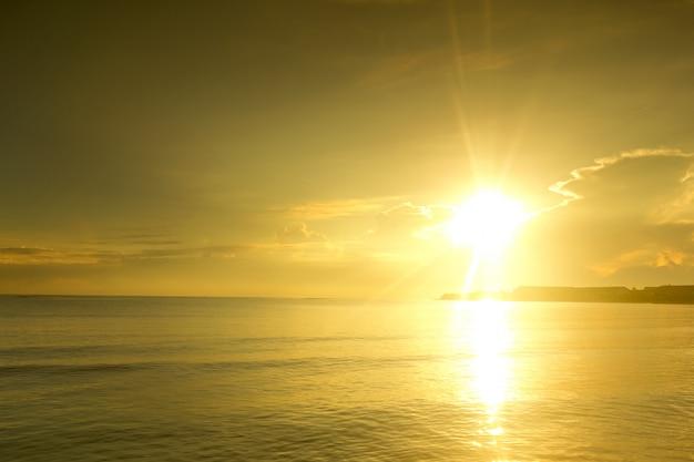 Piękny wschód słońca nad tropikalną plażą