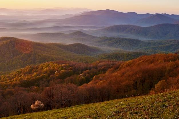 Piękny wschód słońca w górach