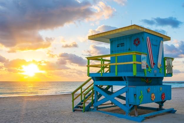 Piękny wschód słońca w miami south beach z wieżą ratownika, usa.