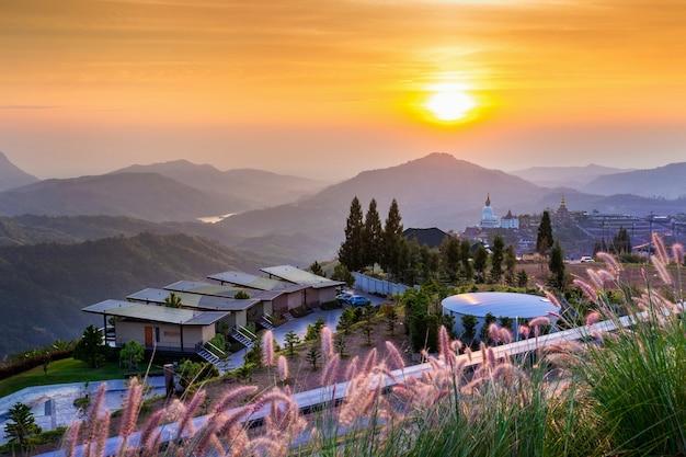 Piękny wschód słońca w świątyni wat phra that pha son kaew w khao kho phetchabun, tajlandia.