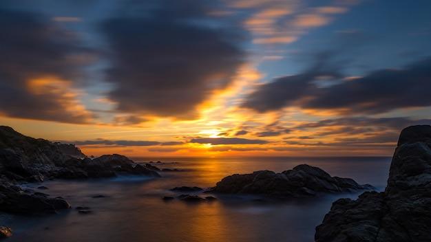 Piękny wschód słońca w zatoce w costa brava, hiszpania
