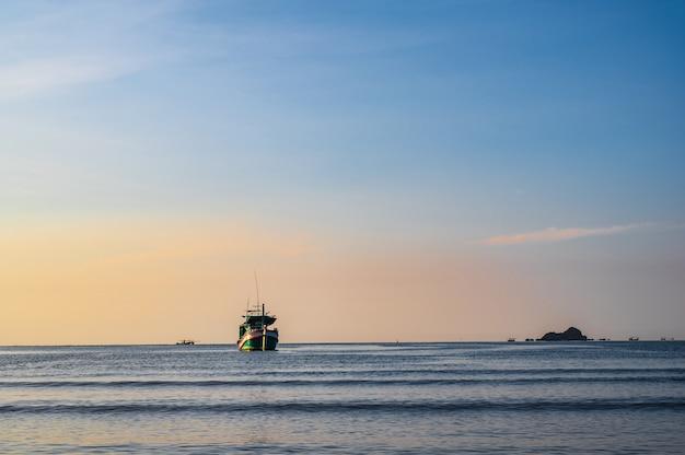 Piękny wschód słońca widok z plaży khao takiab w huahin prachuap khiri khan, tajlandia