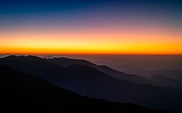 Piękny wschód słońca z katmandu w nepalu.
