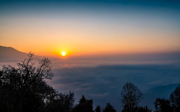 Piękny wschód słońca z mardi trek w nepalu.