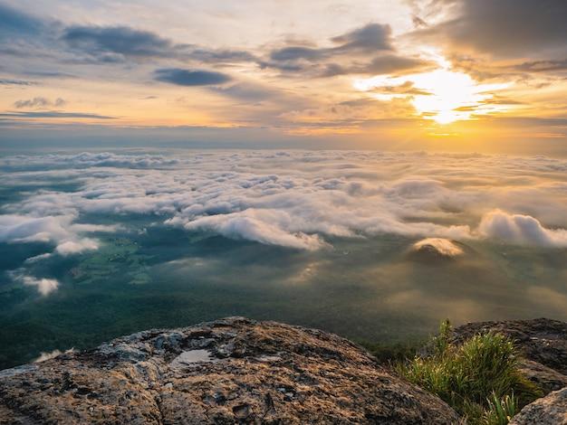 Piękny wschodu słońca niebo z morzem mgła mgła w ranku na khao luang górze