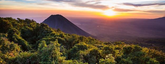 Piękny wulkan w parku narodowym cerro verde w salwadorze o zachodzie słońca