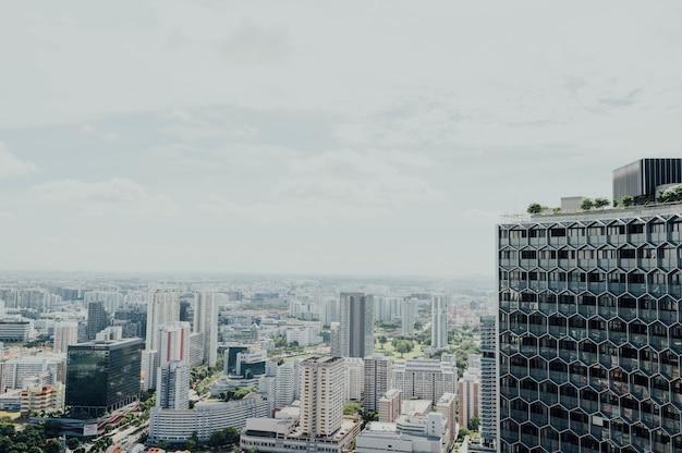 Piękny wysoki widok na nowoczesne miasto