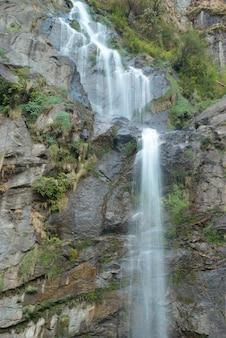 Piękny wysoki wodospad tybetański w górach