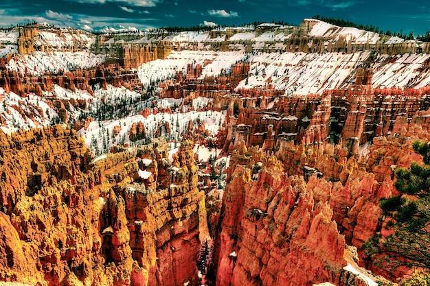 Piękny wysokiego kąta strzał bryka jaru park narodowy utah w zimie
