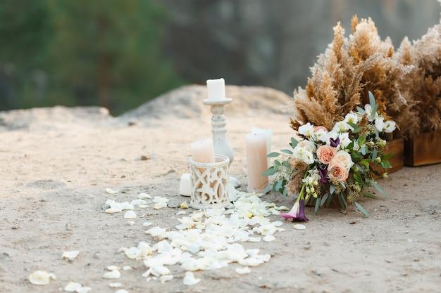 Piękny wystrój ślubu. płatki róż rozrzucone na ziemi