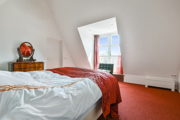 Piękny wystrój wnętrza nowoczesnej i przytulnej sypialni