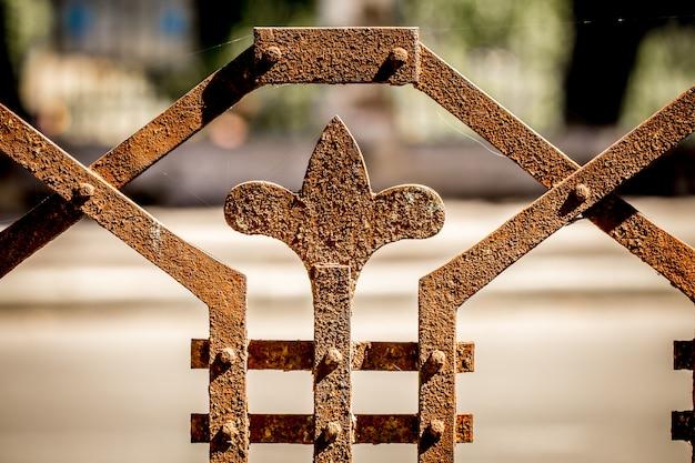 Piękny wzór starego metalowego ogrodzenia