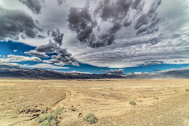 Piękny z badwater, death valley w kalifornii, usa pod zachmurzonym niebem
