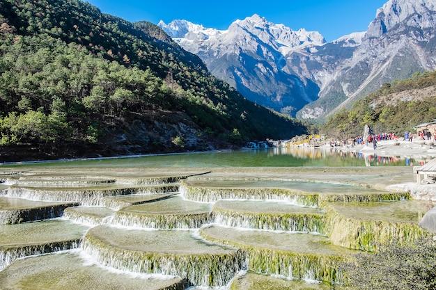 Piękny z blue moon valley, punkt orientacyjny i popularne miejsce dla turystów w malowniczym regionie jade dragon snow mountain (yulong), w pobliżu starego miasta w lijiang. lijiang, yunnan, chiny