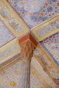 Piękny zabytkowy drewniany słup i sufit przy wejściu starożytnego perskiego chehel sotun.