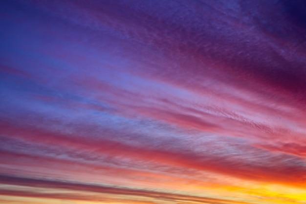Piękny zachód lub wschód słońca w tle. ekstrawagancja kolorów na niebie z chmurami