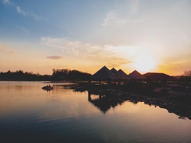 Piękny zachód słońca i jego odbicie w wodzie