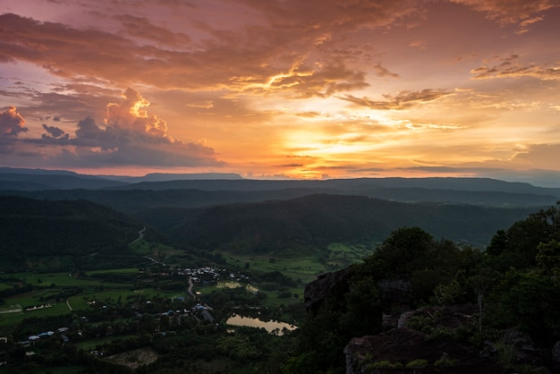 Piękny zachód słońca krajobraz doliny i wsi