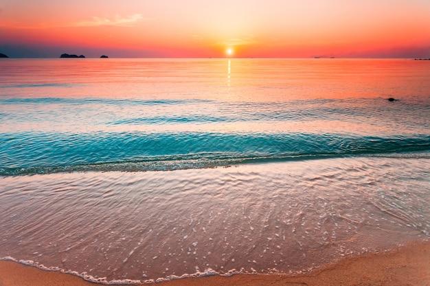 Piękny zachód słońca lanscape. tajlandia, samui