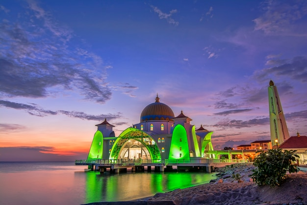Piękny zachód słońca meczet cieśniny malakka, malezja. kompozycja natury.