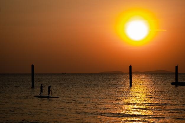 Piękny zachód słońca morze plaża widok wieczorem czas