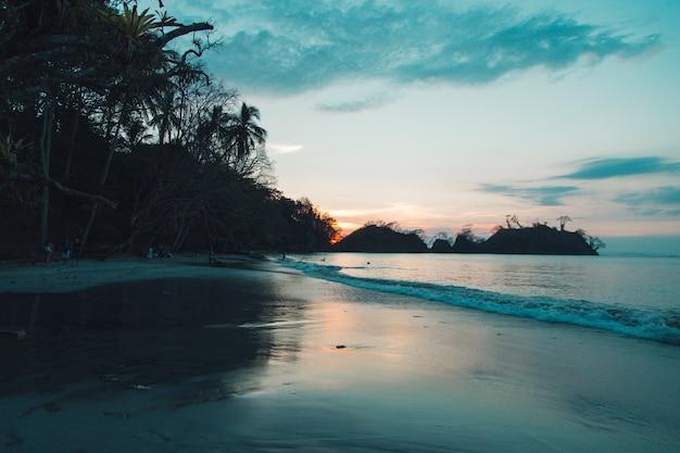 Piękny zachód słońca na morzu