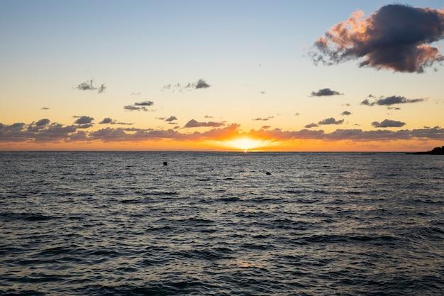 Piękny zachód słońca na morzu.
