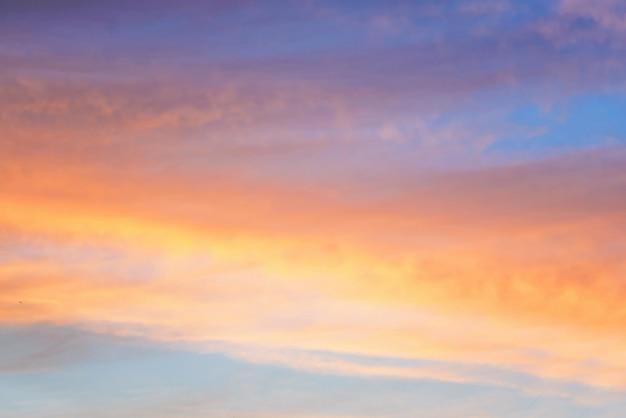 Piękny zachód słońca na niebie