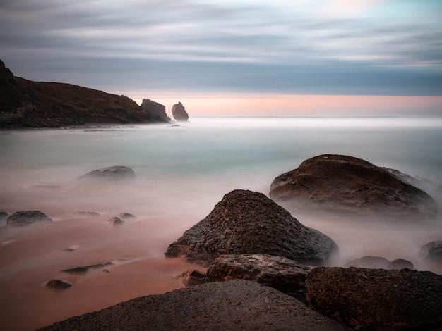 Piękny zachód słońca na plaży robayera w miengo w kantabrii