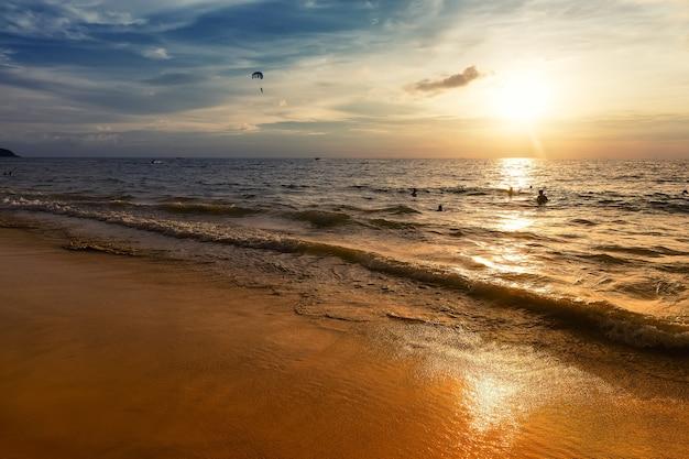 Piękny zachód słońca na plaży?