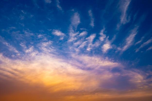 Piękny zachód słońca na tle nieba