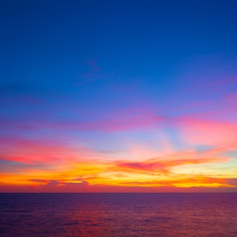 Piękny zachód słońca na tropikalnym morzu w okresie letnim