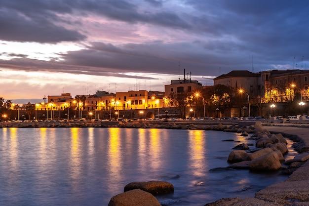 Piękny zachód słońca na wybrzeżu bari na morzu adriatyckim. krajobraz.