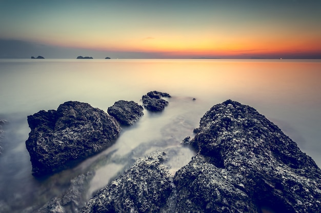 Piękny zachód słońca na wybrzeżu. naturalny krajobraz