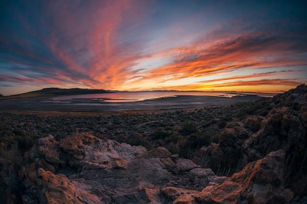 Piękny zachód słońca na wyspie antilope ze skał, wzgórz i jeziora
