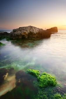 Piękny zachód słońca nad brzegiem morza