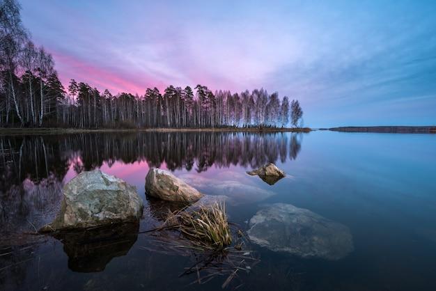 Piękny zachód słońca nad jeziorem z teksturą pierwszego planu