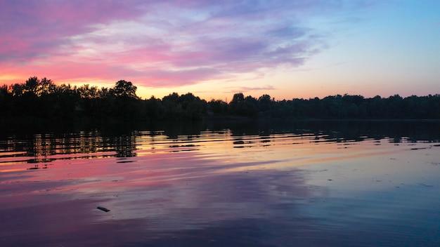 Piękny zachód słońca nad jeziorem