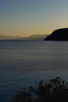 Piękny zachód słońca nad morzem czarnym, wieczorny widok na góry, zatokę vesele w gminie sudak na krymie