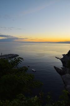 Piękny zachód słońca nad morzem w camogli