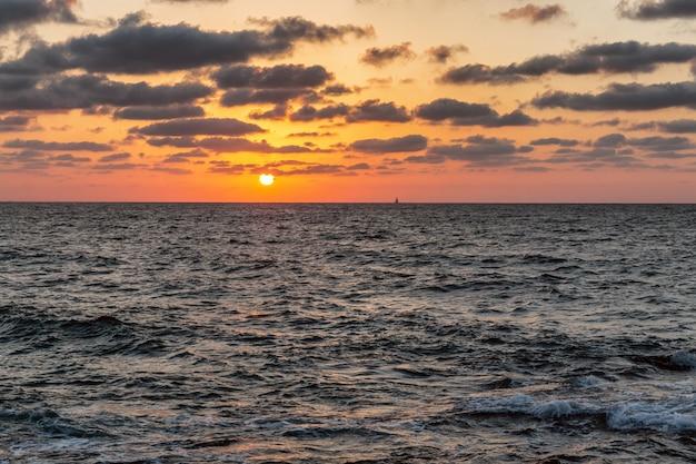 Piękny zachód słońca nad morzem w lecie