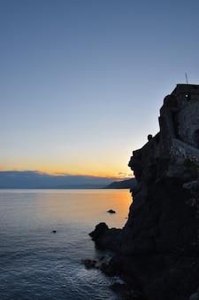 Piękny zachód słońca nad morzem w ligurii w camogli