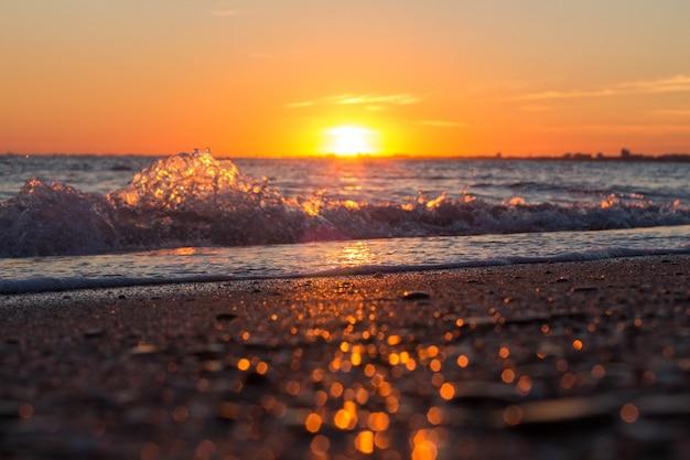 Piękny zachód słońca nad morzem