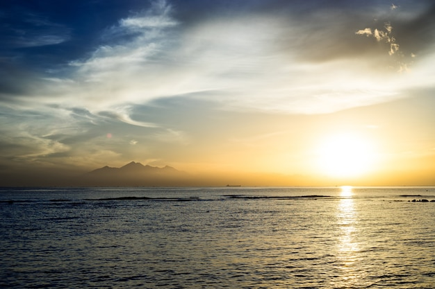 Piękny zachód słońca nad oceanem, bali indonezja