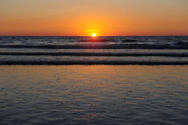 Piękny zachód słońca nad oceanem, lądowanie