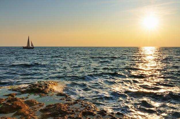 Piękny zachód słońca nad skalistym wybrzeżem