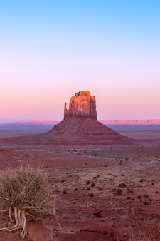 Piękny zachód słońca nad słynnym butte of monument valley na pograniczu arizony i utah w usa