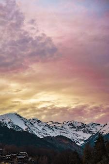 Piękny zachód słońca nad zaśnieżonymi górami